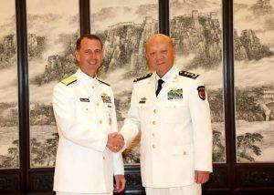 L'Admiral John Michael Richardson de l'US Navy et le Commandant en chef WU de la marine chinoise