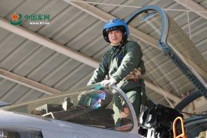 Le capitaine de corvette ZHANG Chao avec son J-15