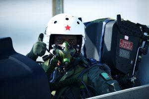 Un pilote Zambien à bord d'un L-15