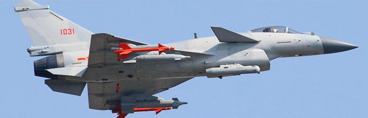 Le prototype 1035 de J-10B dans un essai en vol, avec deux nouvelles BGL de 500kg et un pod de désignation