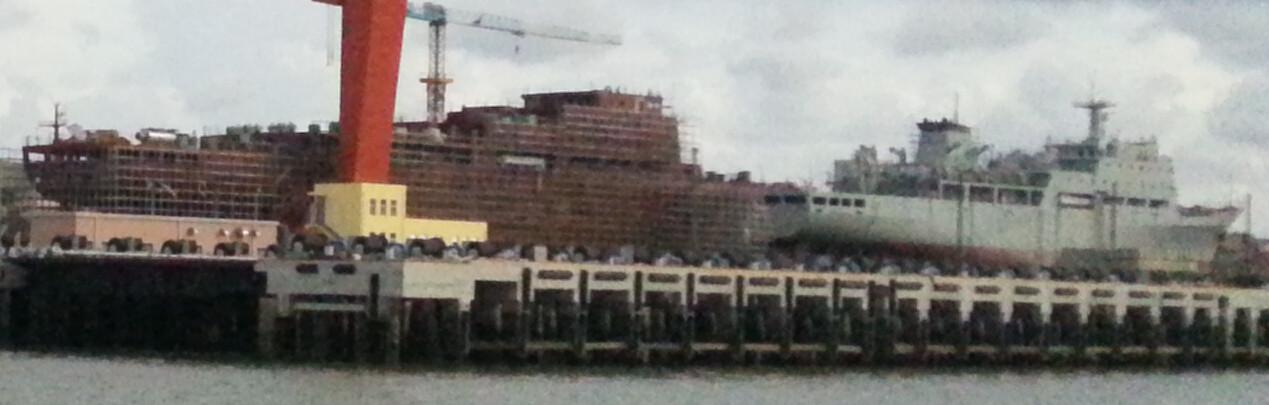 Les deux navires transport de troupes en construction (Juillet 2014)