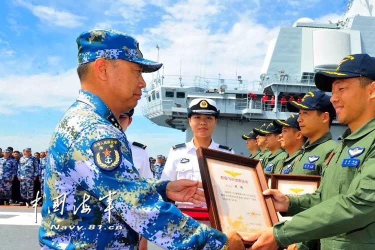 La remise de la certification de vol de jour aux nouveaux pilotes aéronavales