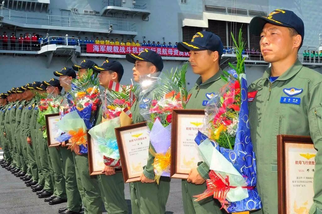 Les élèves pilotes de la 6ᵉ promotion à gauche (??)
