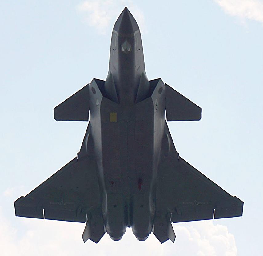 L'un des J-20 de série en essai de vol, avec la peinture gris mat et une lentille Lüneburg sous le ventre pour accroître sa signature SER