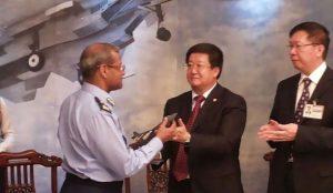 Shenyang offre une maquette de FC-31 aux dirigeants de l'armée de l'air pakistanaise