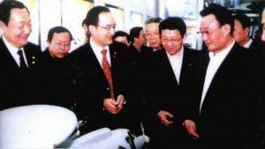 2005, le Vice Premier Wu Bangguo devant une maquette d'AWACS embarqué
