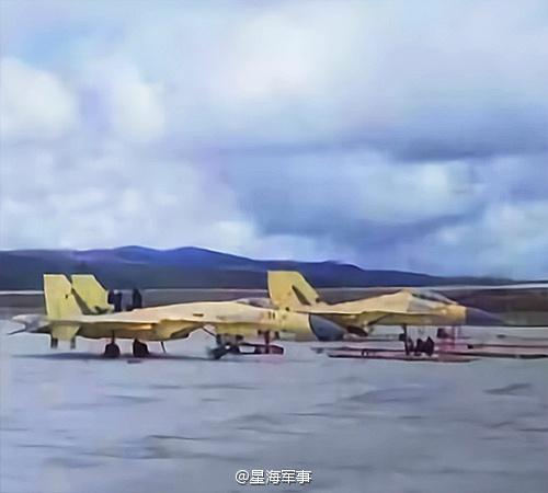 Un J-11D et un J-16 neuf à l'aéroport Daocheng Yading