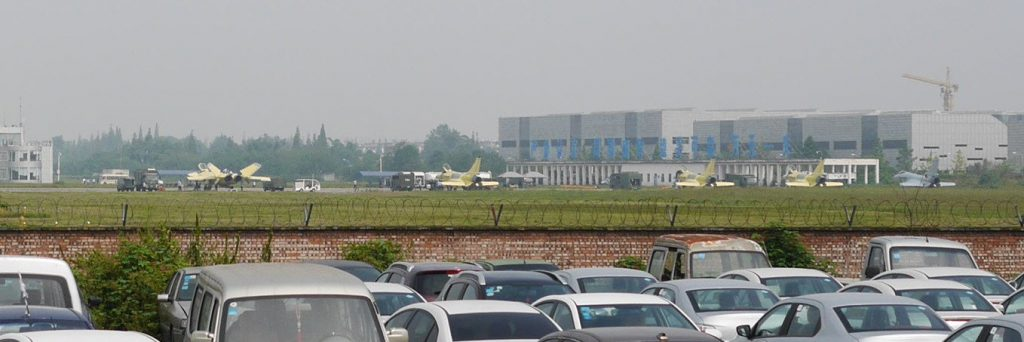 Un J-20 et quatre J-10C sur le tarmac de l'Usine 132 à Chengdu (Source : 探索月球)