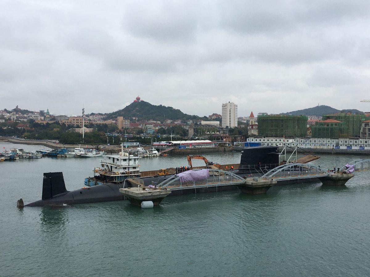 le premier sous-marin nucléaire d'attaque chinois de Type 09I arrive au musée de la marine chinoise à Qingdao