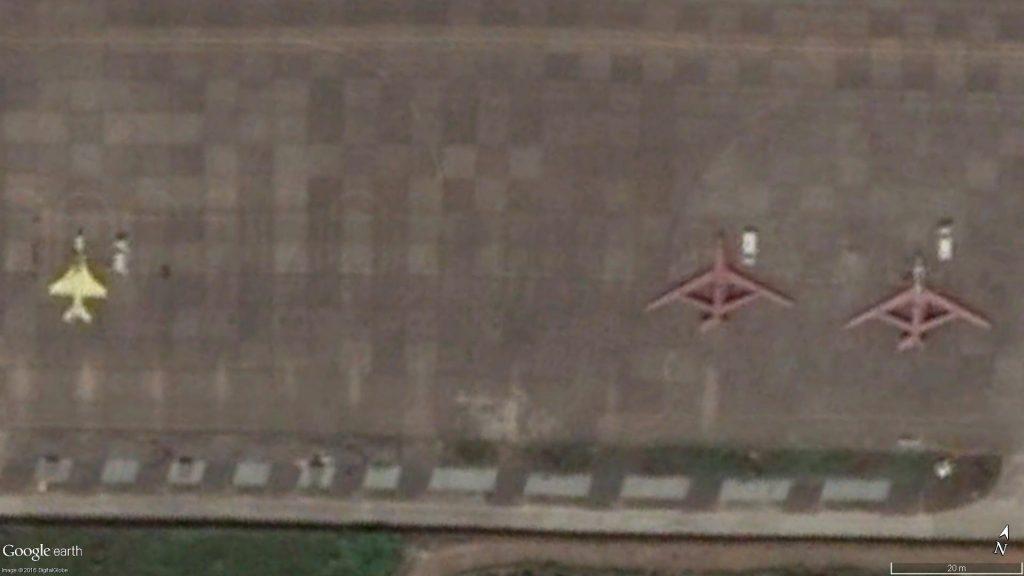 Un avion d'entraînement JL-9 conçu par le GAIC et deux drones Soar Dragon à droite. (Source : DigitalGlobe)
