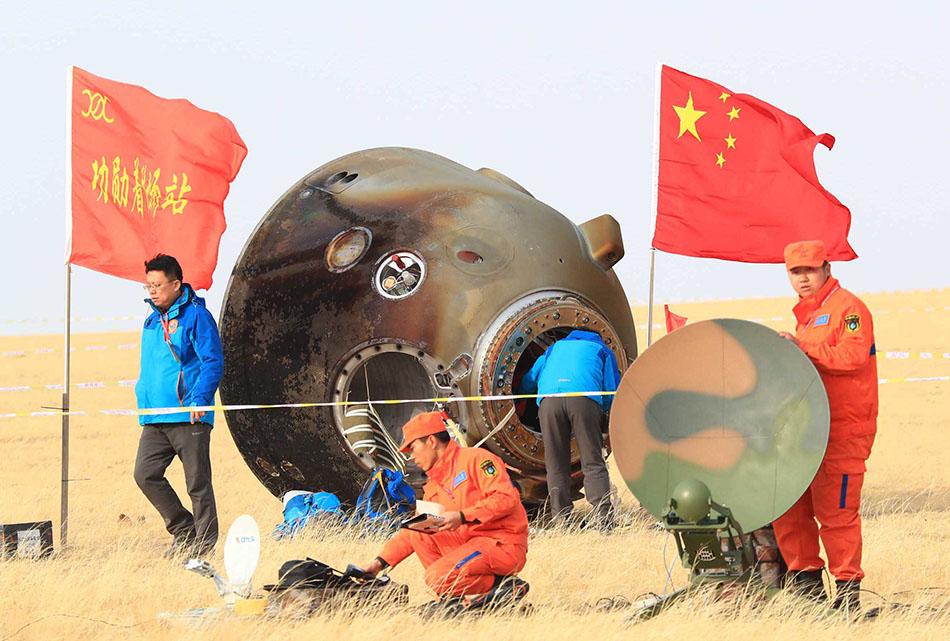 [Chine] Suivi de la mission Shenzhou-11 - Tiangong 2 - Page 4 2016-11-19-Shenzhou-11-les-deux-ta%C3%AFkonautes-retournent-sur-Terre-06