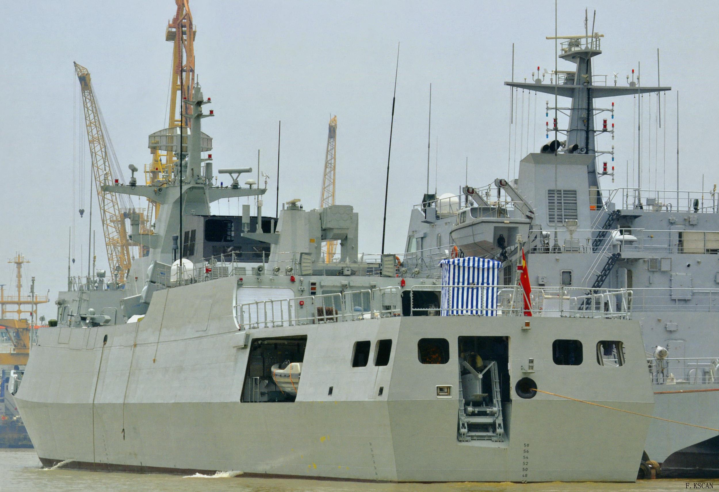Une corvette ASW Type 056A en construction, avec l'ouverture à la poupe pour le sonar remorqué