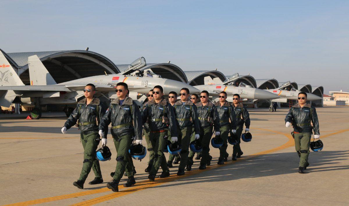 12 nouveaux élèves-pilotes recrutés dans le régiment aéronaval chinois (Source : 中国之声《国防时空》)