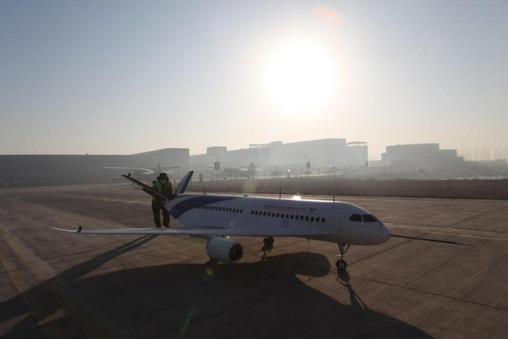 [Information] Autour de la Chine... - Page 27 2017-04-23-COMAC-fait-voler-le-prototype-Lingque-B-%C3%A0-fuselage-int%C3%A9gr%C3%A9-06-1024x683